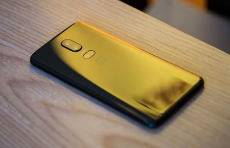 OnePlus 6 y la carga no inalámbrica, o el absurdo de hacer un móvil de cristal y desaprovecharlo