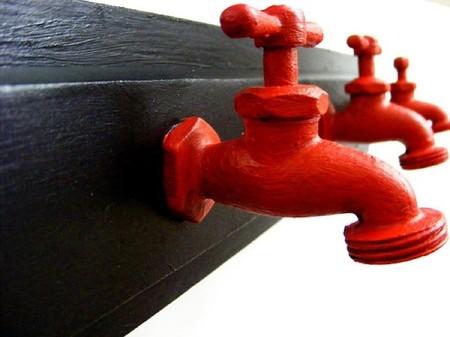 Recicladecoración: un colgador hecho con viejos grifos