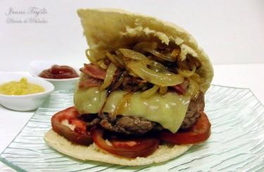 Hamburguesa con cebolla confitada en pan de pita. Receta