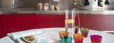 Puertas abiertas: un elegante apartamento en Véneto, con cocina en rojo y contraste de estilos