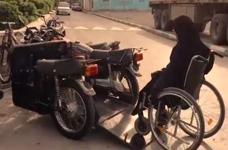 Superación nivel: mujer discapacitada iraní se fabrica una moto adaptada desafiando a la ley