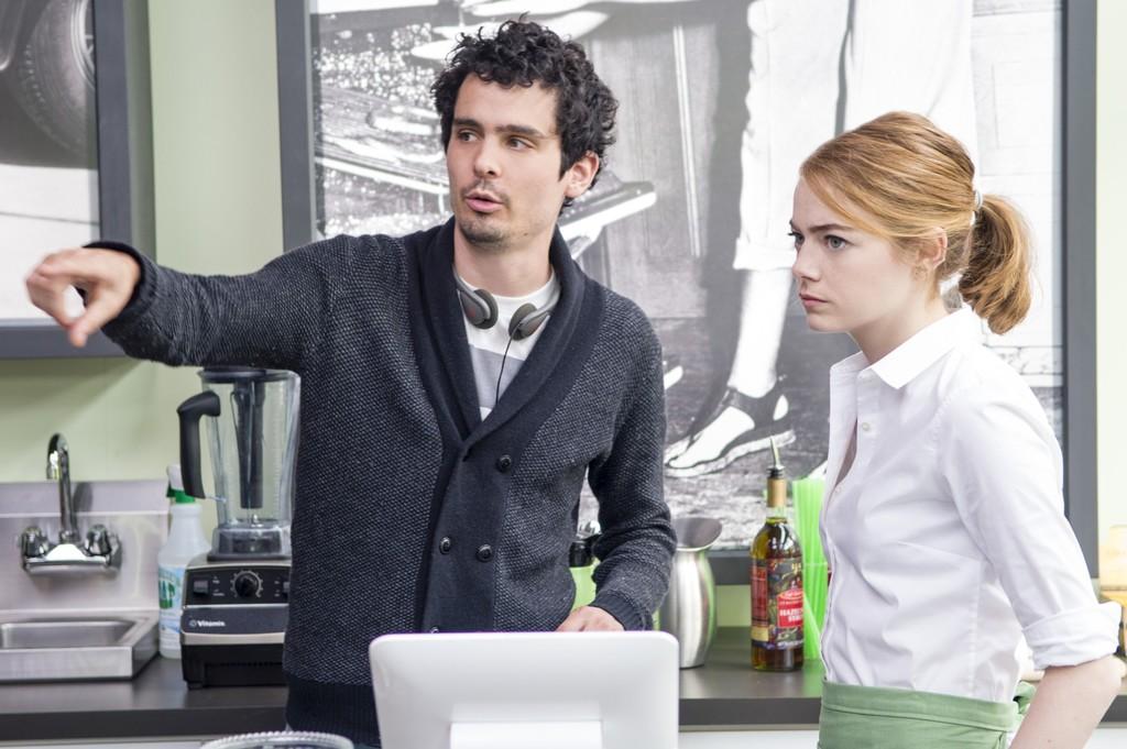 Damien Chazelle dando instrucciones a Emma Stone