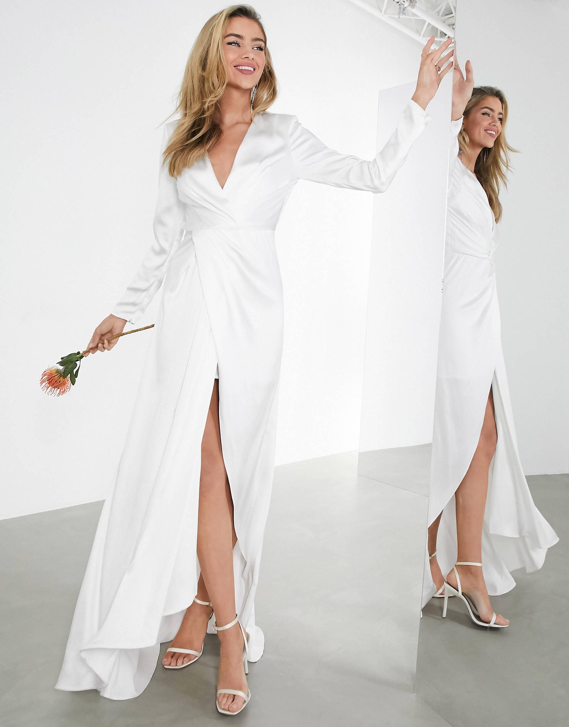 Vestido de boda cruzado con escote y pliegues de satén.
