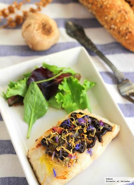 merluza con salsa de ajo negro y flores