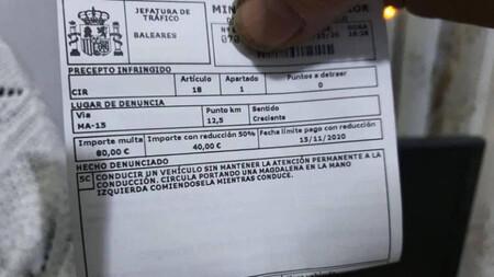 La DGT multa a un conductor por comerse una magdalena mientras conduce. Pero ¿te pueden multar por algo así?