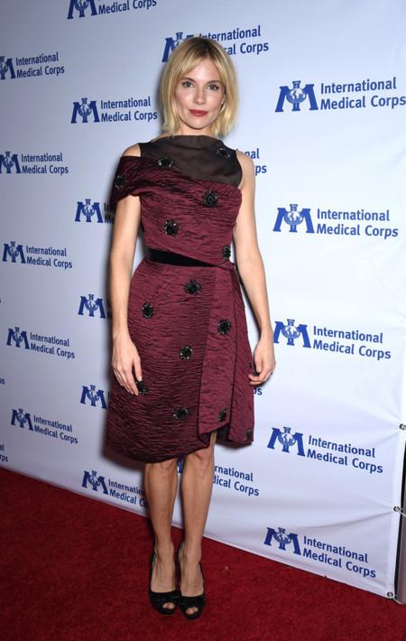 Sienna Miller Erdem vestido fiesta corto