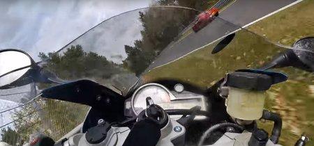 Salvada nivel: A 170 km/h en Nürburgring con tu BMW S1000RR, te golpea un SEAT y no te caes (x2)