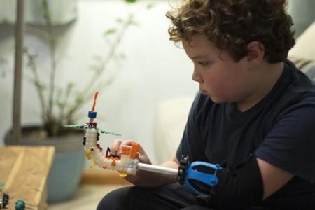 Una mano hecha con Lego, la prótesis universal diseñada por un niño de nueve años