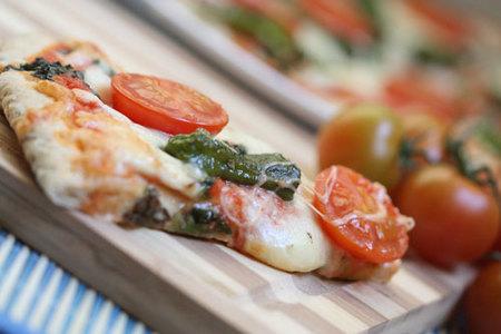Pizza de tomates cherry y pimientos de Padrón. Receta