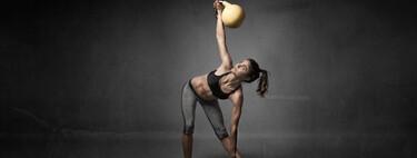 Una rutina rápida con kettlebells para entrenar todo tu cuerpo en 30 minutos