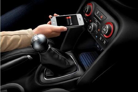 MOPAR ofrece el primer sistema de carga inalámbrica de smartphones en un coche