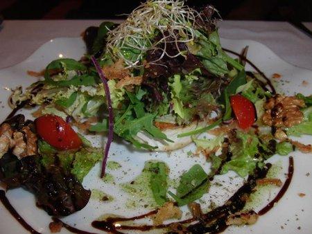 Ensalada de rulo de cabra con mezclum de lechugas. Restaurante La Corriola
