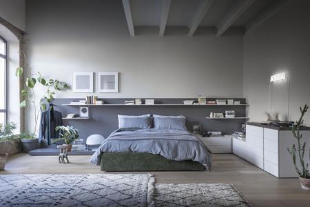 Novamobili renueva la serie Easy System, el sistema modular de mobiliario que transforma la pared del cabecero en una superficie funcional