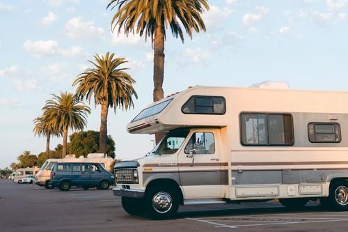Viajar en autocaravana o furgoneta camper: dónde y cómo dormir sin miedo a una multa