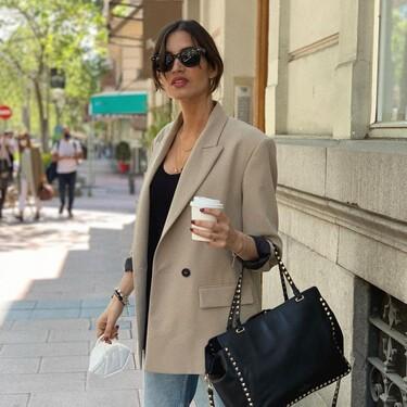 Una blazer y un vaquero wide leg: los básicos del entretiempo de Sara Carbonero