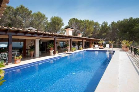Villa de lujo en son vida mallorca con vista sobre la for Piscina la almudena