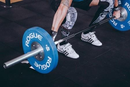 Entrena todo tu cuerpo en el gimnasio utilizando solo una barra