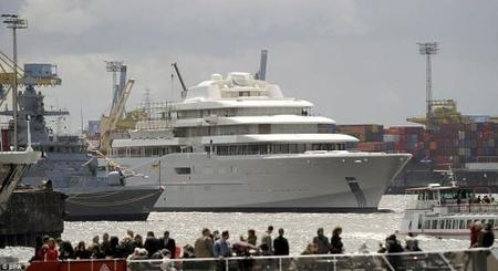 Botado por fín el 'Eclipse' de Abramovich, el mayor yate de lujo del mundo