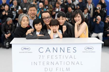 Koreeda y los actores de su película en Cannes