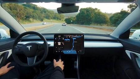 Tesla actúa ante la polémica: vigilará con una cámara si el estás sentado como conductor al activar el Autopilot