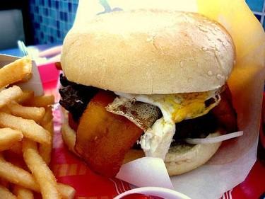 ¿El remedio para no comer fast food es subir el precio?