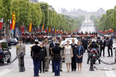 La reina Letizia se convierte en el centro de  los Campos Elíseos de París, su llegada ha sido impecable