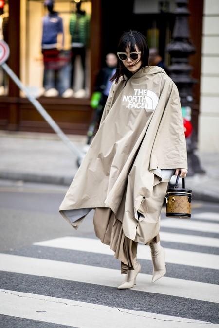 Los 11 looks de street style más preppy que demuestran que la capa a lo Blair Waldorf ya está de vuelta