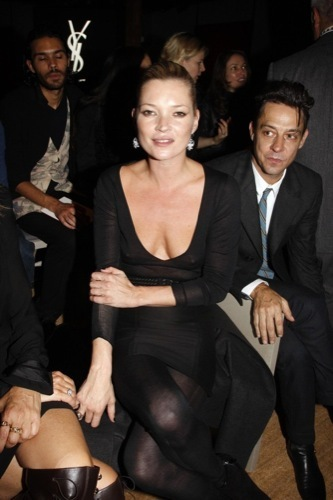 Las transparencias no siempre son buenas por Kate Moss en la Semana de la Moda de París