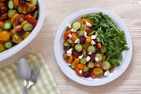 Ensalada refrescante de tomates de colores, pepino y ciruela: receta para combatir el calor del verano