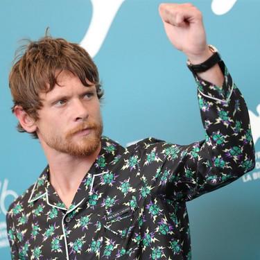 Jack O'Connell abre la pauta para llevar el look de pijama llegue a la alfombra roja del Festival de Cine de Venecia