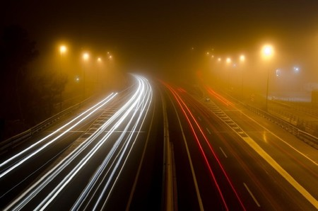 Carretera noche tráfico