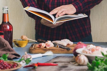 Cocinar leyendo una receta