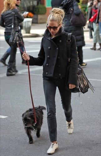 Sal a pasear al perro con estilo, copia a Sienna Miller X