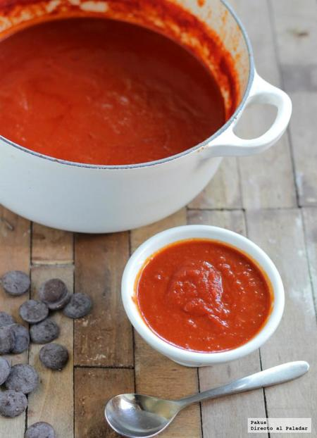 Salsa intensa de tomate con chocolate y vermut. Receta