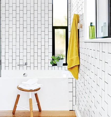 Tendencia en el baño; los azulejos también se colocan en vertical en los cuartos de baño