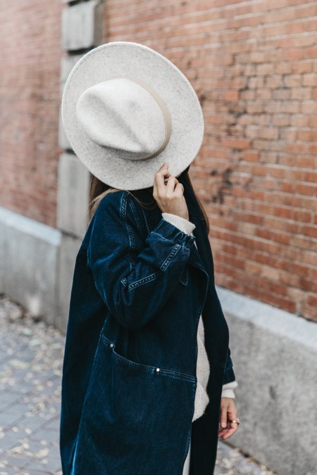 Denim Coat White Outfit Grey Hat Lack Of Colors Sneakers Outfit Street Style 8 790x1185