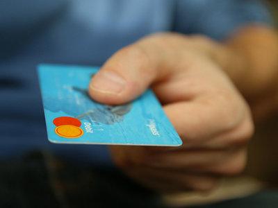 El olvido que dio lugar a las tarjetas de crédito y su historia hasta el plástico y la banda magnética