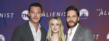 Los protagonistas de The Alienist llevan tan bien el traje tanto dentro como fuera de la serie