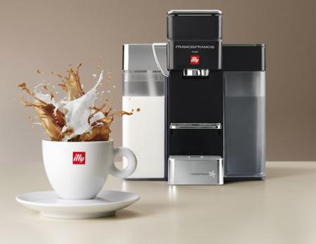 Para los más cafeteros, illy presenta su primera máquina de café con leche