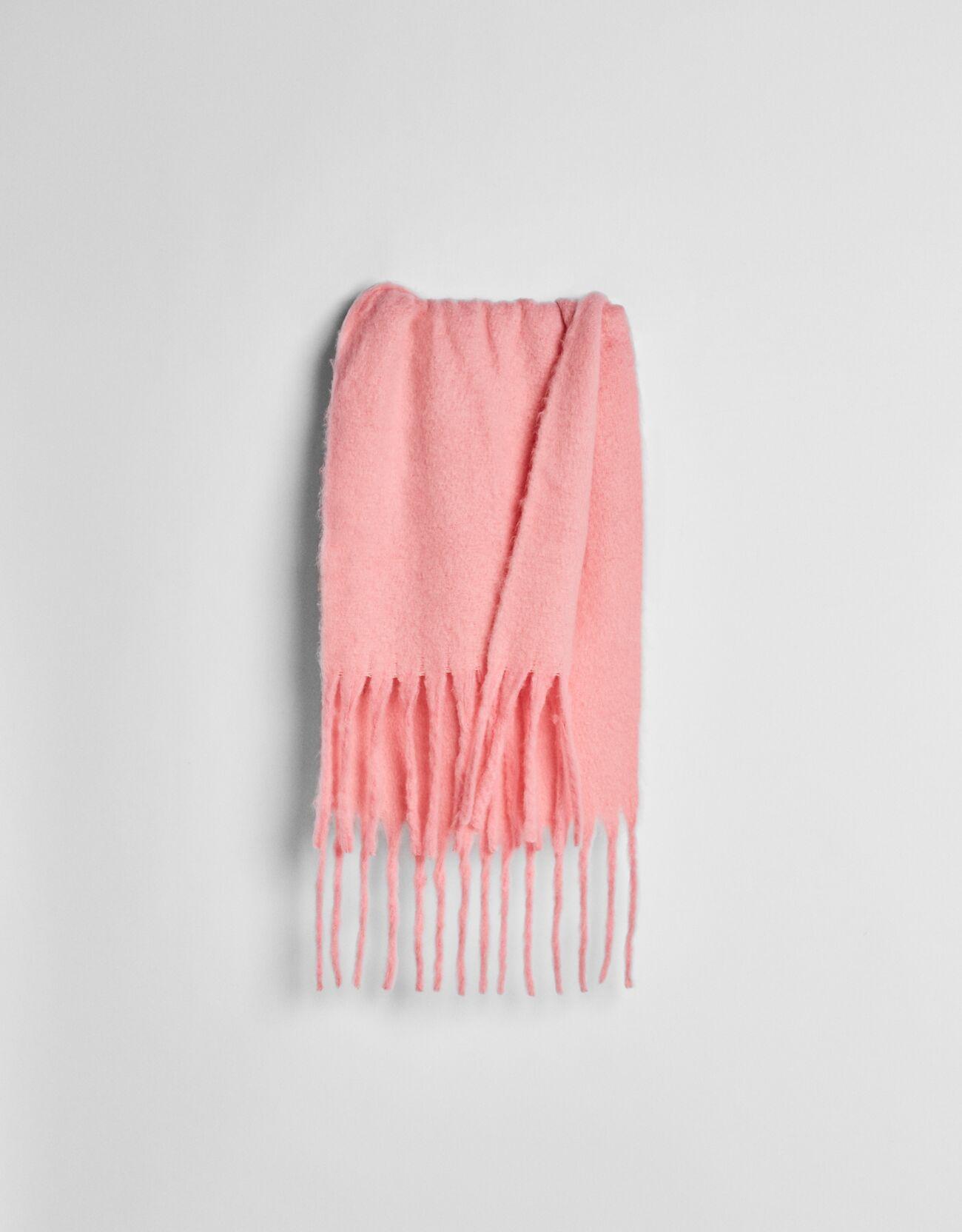 Bufanda rosa en tono neón.