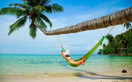 Los accesorios que te protegen del sol, indispensables en tu bolsa de la playa