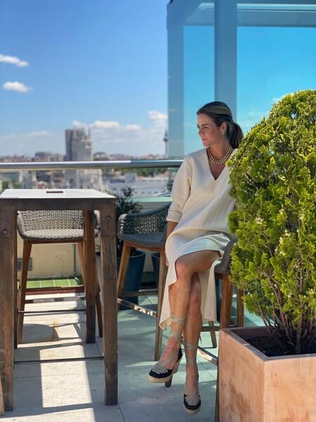 Amelia Bono apuesta por el look más sofisticado de la primavera: un vestido tipo túnica y unas alpargatas de Vidorreta
