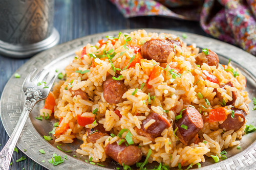 """Qué es el jambalaya, el plato icónico de la cocina criolla y cajún (y no es solo la """"paella"""" de Luisiana)"""