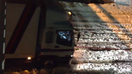 Y esto es un Suzuki Jimny que arrastra un camión sobre la nieve