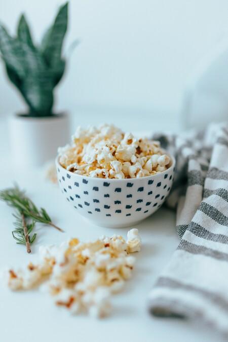 Cuatro recetas de palomitas de maíz sanas que puedes hacer en casa: desde las del gadget de Lékué a las de microondas