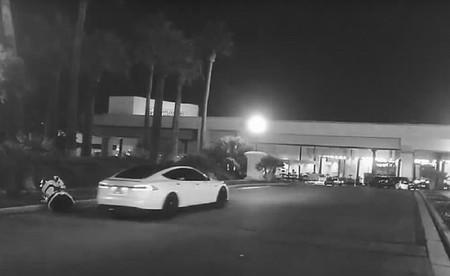 Un Tesla Model S semiautónomo aparece en un vídeo donde parece tumbar a un robot en el CES Las Vegas