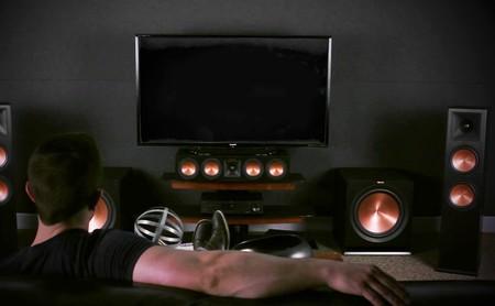 ¿Buscas altavoces de calidad para tu cine en casa? Aquí tienes tres marcas y gamas interesantes por las que puedes empezar