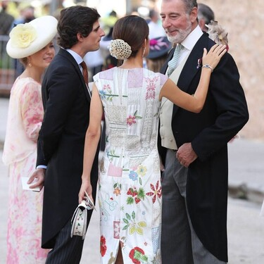 Sofía Palazuelo conquista con los complementos: fichamos el tocado goyesco y el bolso con abalorios que llevó a la boda de Jaime de Borbón