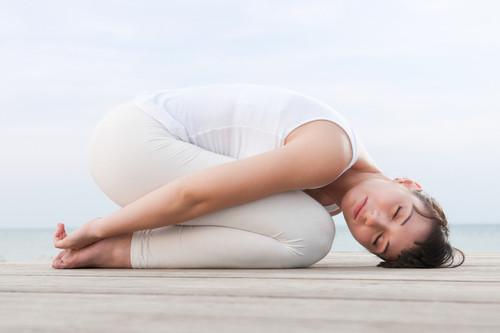 Cinco posturas de yoga que te ayudan a dormir mejor