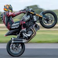 Más récords para la Indian FTR1200: con un caballito a 234 km/h es la moto más rápida a una rueda de Gran Bretaña
